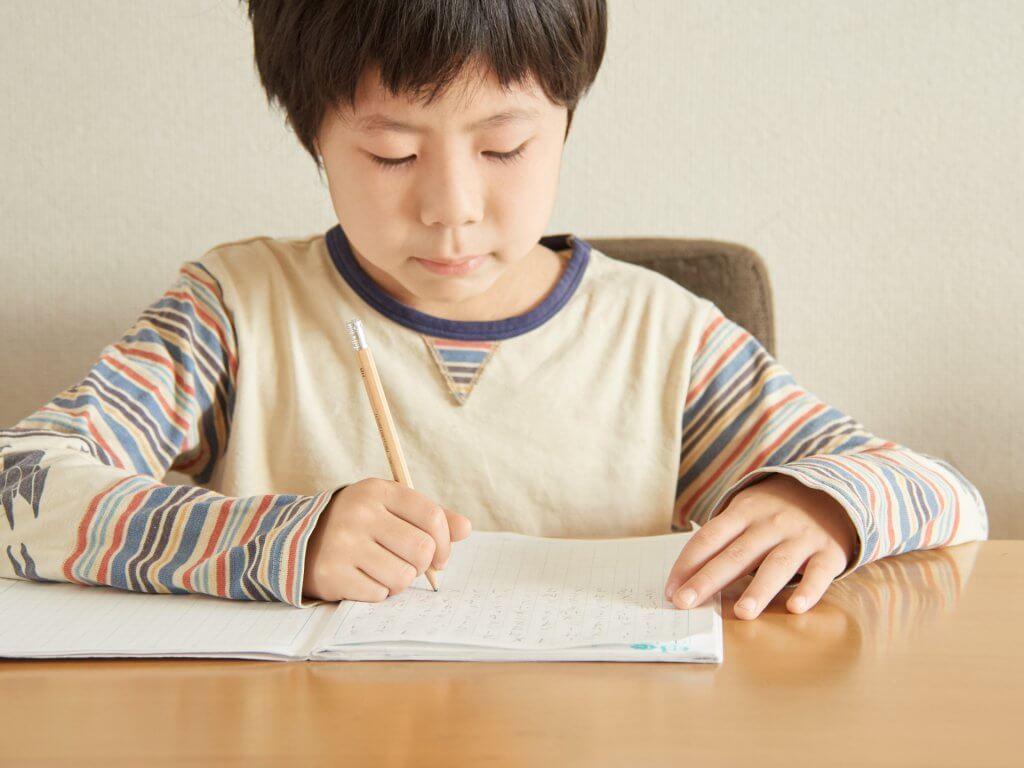 正しい姿勢で文字を書こう