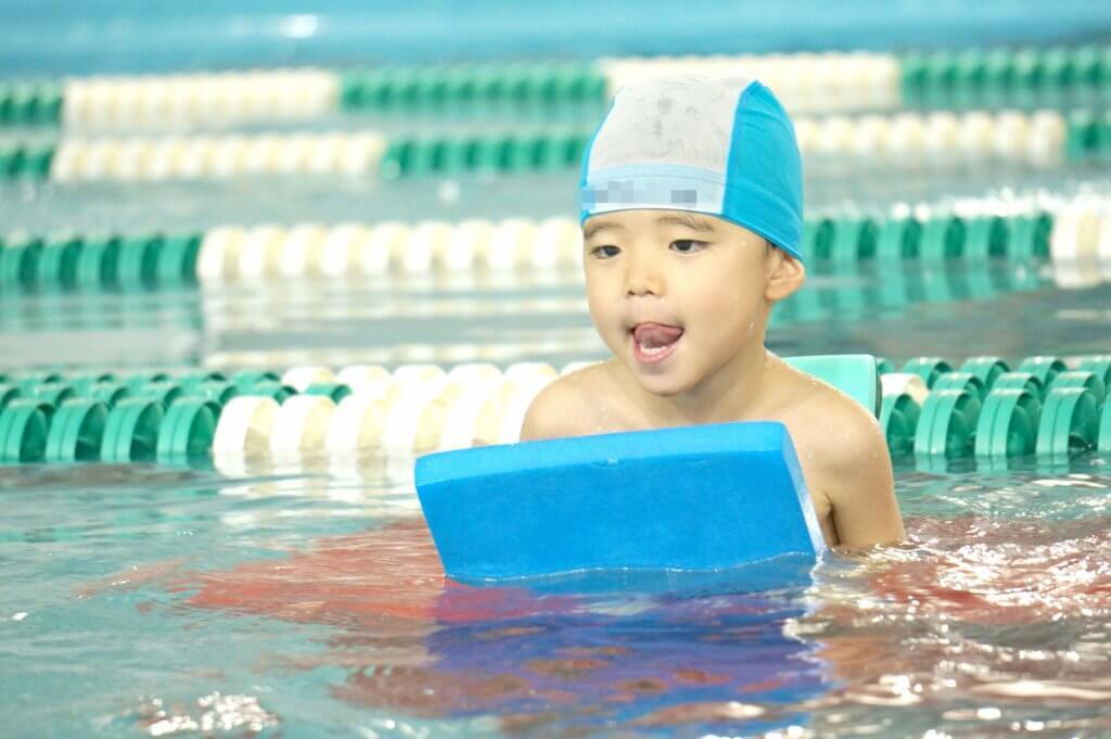 ママ、パパが子どもに泳ぎ方を教えるコツとは?親が教えるメリットも!